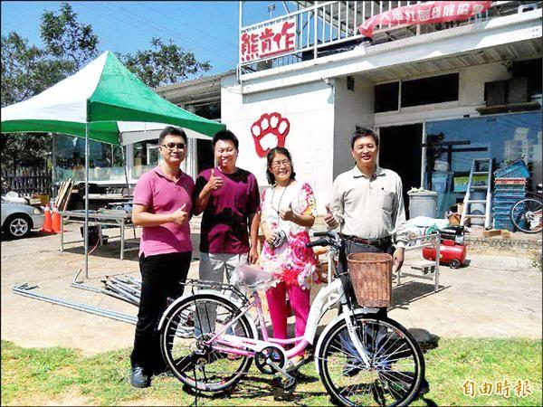 熊肯作木工坊創辦人熊英芝(右二)結合好友要為弱勢媽媽推「行動咖啡單車」。(記者蘇金鳳攝)