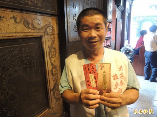 葉成豐配合捐血活動,將他設計的媽祖平安符書籤,分送參與民眾。(記者陳燦坤攝)