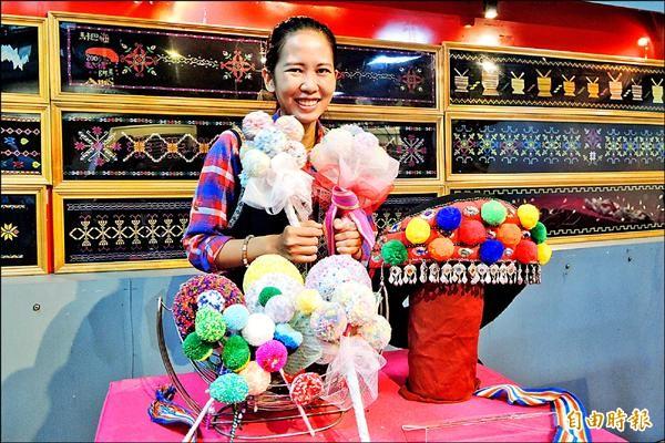 阿美族宜灣部落李亞妮把服飾上的毛線球變成時尚文創商品。(記者張存薇攝)