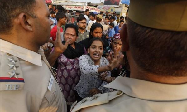 治安問題未見改善,令印度民眾忍無可忍。(圖片擷取自《衛報》)