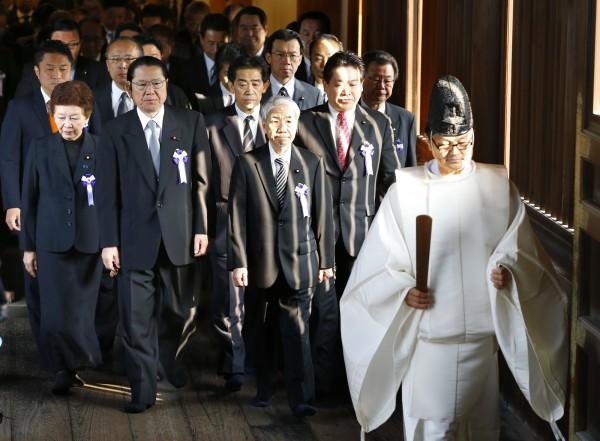 昨日中國外交部再度公開反對此舉後,日本跨黨派國會議員聯盟的70人今天依然大動作集體參加靖國神社的秋季大祭。(美聯社)