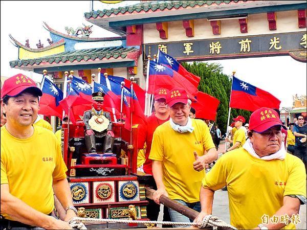 李光前將軍在金寧鄉長陳成勇(左一)、議員陳滄江(右二)等簇擁下繞境巡安。(記者吳正庭攝)