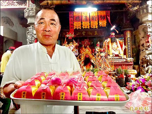 金門李光前將軍廟管理委員會主委莊國棟介紹今年推出的「將軍餅」。(記者吳正庭攝)
