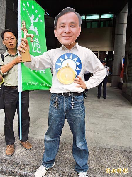 新北市長朱立倫從政以來創下多項落跑紀錄,樹黨昨以行動劇諷刺朱為「落跑王」。(記者賴筱桐攝)