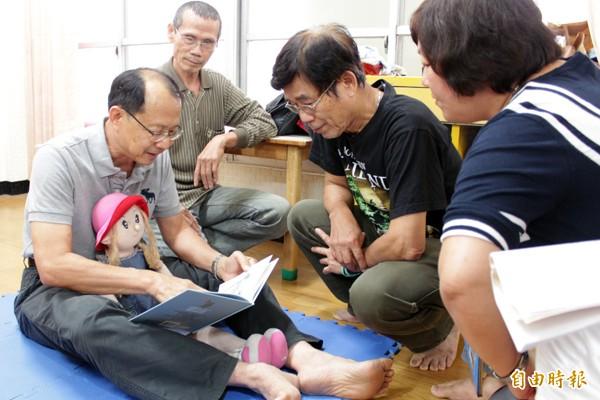 在專業老師指導下,阿公級學員們進行術科訓練課程。(記者林孟婷攝)
