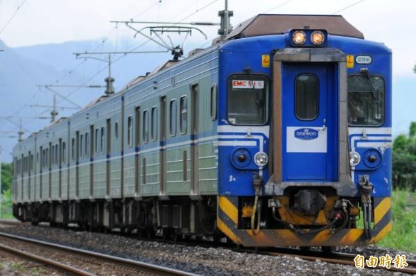 台鐵被批普通車比快車準點。(資料照,記者游太郎攝)