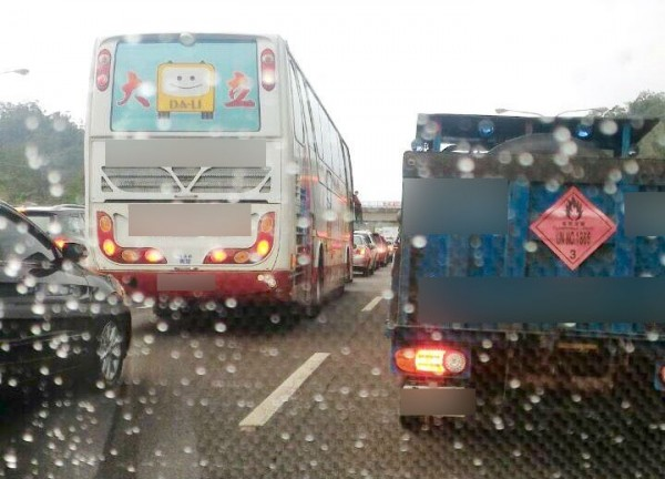 讀者被困在車陣中,動彈不得。(圖翻攝自臉書社團「基隆人大小事」)