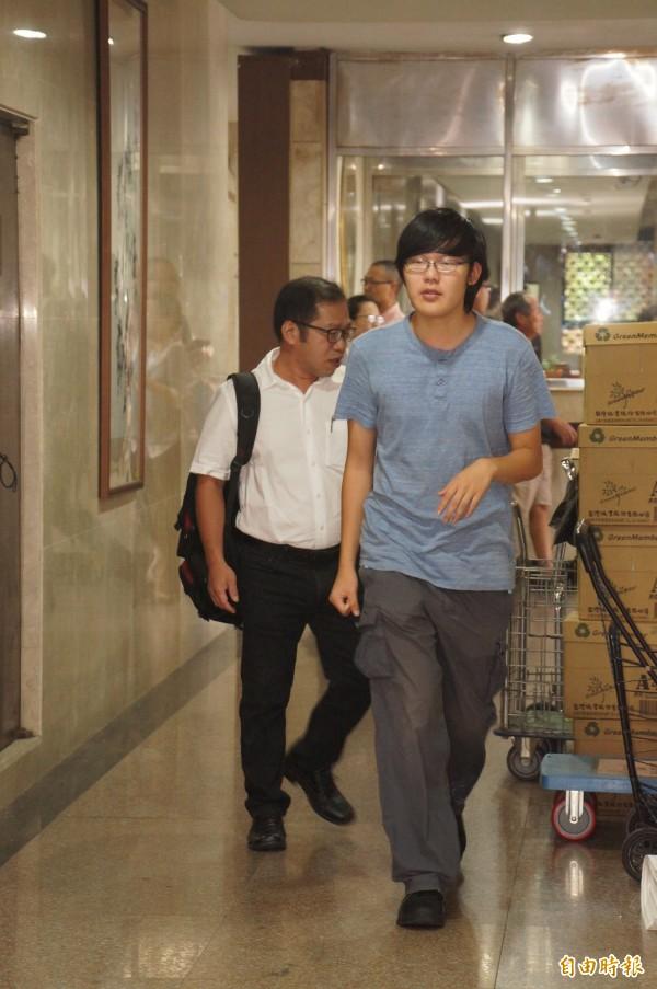 反課綱學生閻孝和(藍色上衣),日前到台北地檢署開庭。(資料照,記者錢利忠攝)
