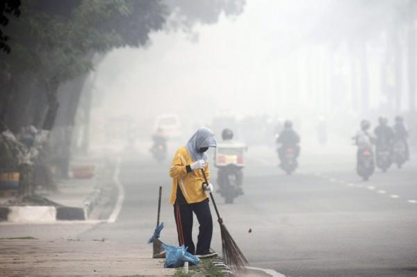 印尼霾害嚴重,不僅環境破壞,也可能影響人類身體健康。然而林火霾害問題至今仍未解決。圖為資料照。(歐新社)
