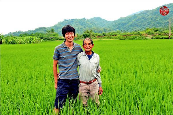 念到博士班的盧紀燁(左)沒走白領上班族的路,反而回到花蓮壽豐務農,入選百大青農之一。圖右為其伯父。(盧紀燁提供)