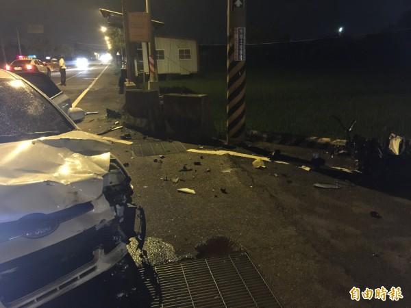 雲林大埤157縣道昨晚發生汽、機車相撞意外,撞擊力道猛烈,汽車車頭受損嚴重,機車則全毀。(記者黃淑莉攝)