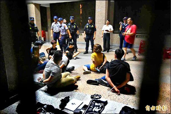 多名學生不滿教育部長不出來面對課綱爭議,七月二十三日晚間十一點半左右闖進教育部大樓內,旋即被警方驅離拘捕。(資料照,記者廖振輝攝)