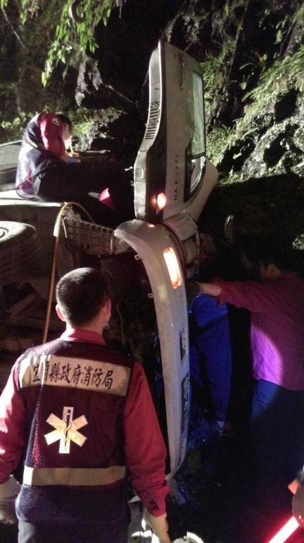 宜蘭縣消防人員將3人送醫急救。(民眾提供)