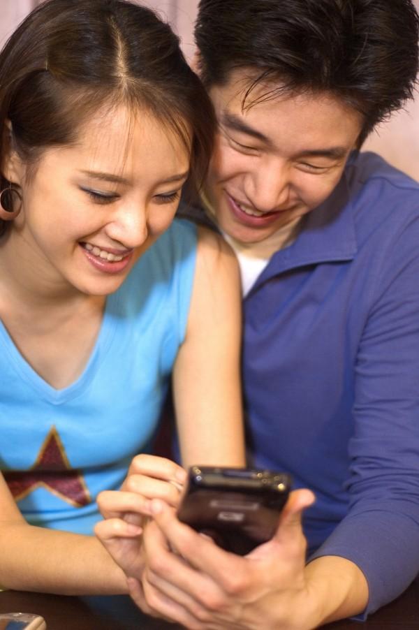 台北市李姓婦人與王姓男子搞曖昧,兩人在LINE上互稱「老公」、「老婆」,未料,她卻忘了刪除曖昧簡訊,被丈夫抓包,示意圖,與本新聞無關。(情境照)