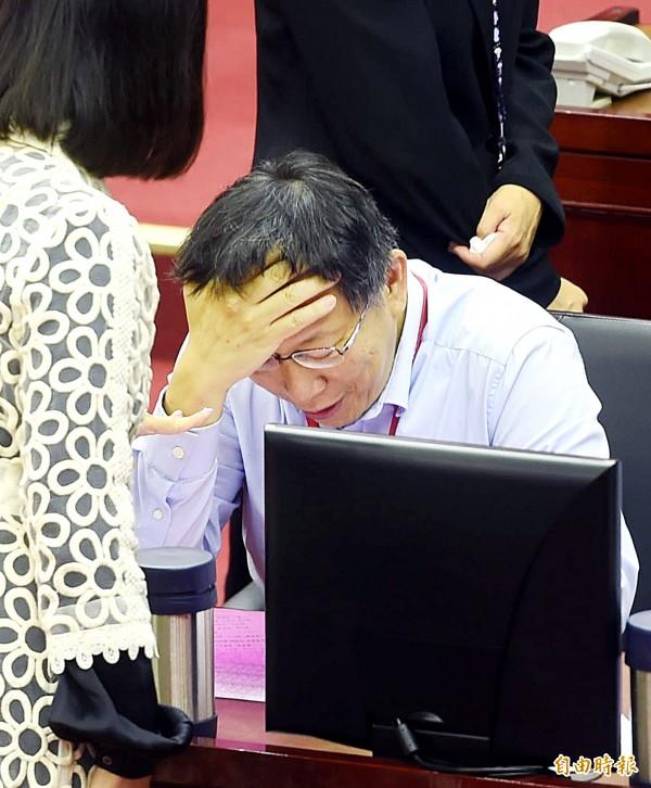 在被問到「台灣的政治環境不適合結婚?」台北市長柯文哲難為情地說:「我最怕回答這種問題」。(資料照,記者方賓照攝)