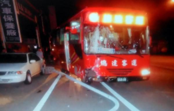 總達客運在南投市中興路擦撞路旁路燈,造成1人受傷。(記者謝介裕翻攝)