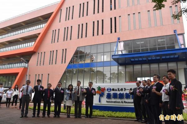 高雄第一科大產業創新園區大樓今天落成,計有富強鑫精密工業等7家廠商進駐。(記者蘇福男攝)