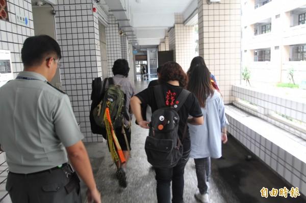 反課綱學生欲面見吳思華,卻遭教官請至門口辦登記。(記者翁聿煌攝)