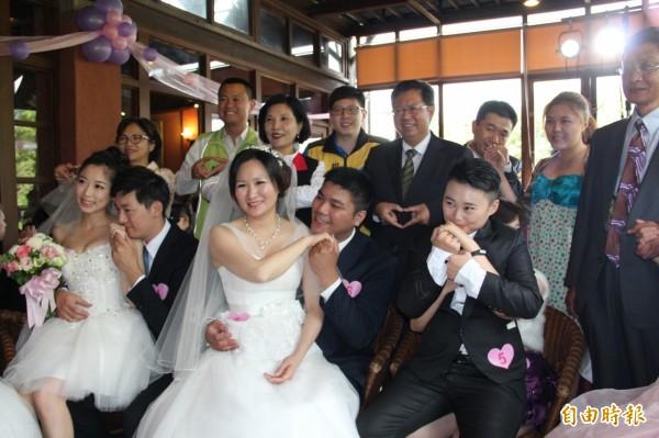 桃園市府舉辦彩虹婚禮,有三對同志伴侶步上紅毯,接受祝福。(記者林近攝)