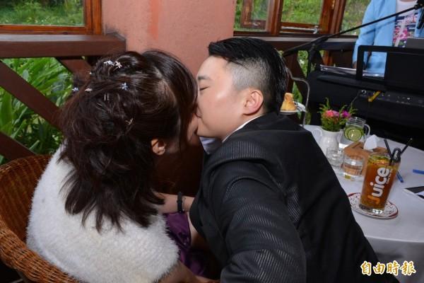 劉宥辰(右)與黃小姐(左)如願步上紅毯。(記者林近攝)
