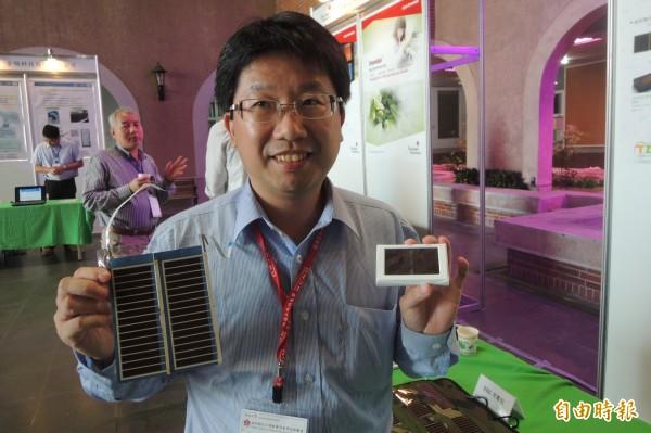 台灣染敏光電執行總監涂世宏說,染料敏化太陽能電池運用在物聯網無線感測器上,既環保又節省人力。(記者劉婉君攝)