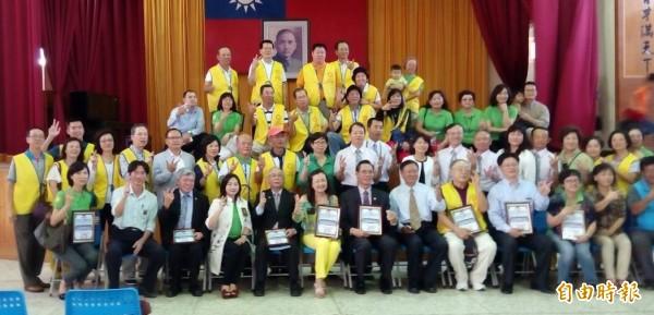 台北和平扶輪社等社團捐助台西國小「小提大奏」樂團和台西觀光協會。(記者鄭旭凱攝)