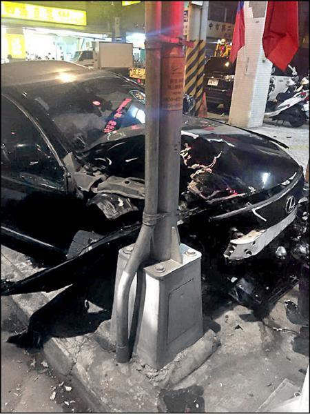 顏女座車車頭嚴重凹陷。(記者許國楨翻攝)
