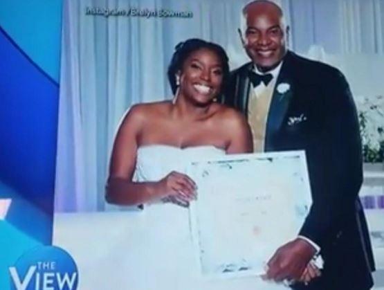 女子婚禮上拿處女證明以表自己純淨之身。(圖擷自brefree Instagram)