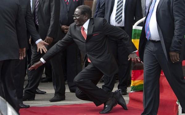 中國的「孔子和平獎」今年得獎者是辛巴威總統穆加比(Robert Mugabe)。圖為穆加比跌倒照,瘋傳全球。(圖片擷取自網路)