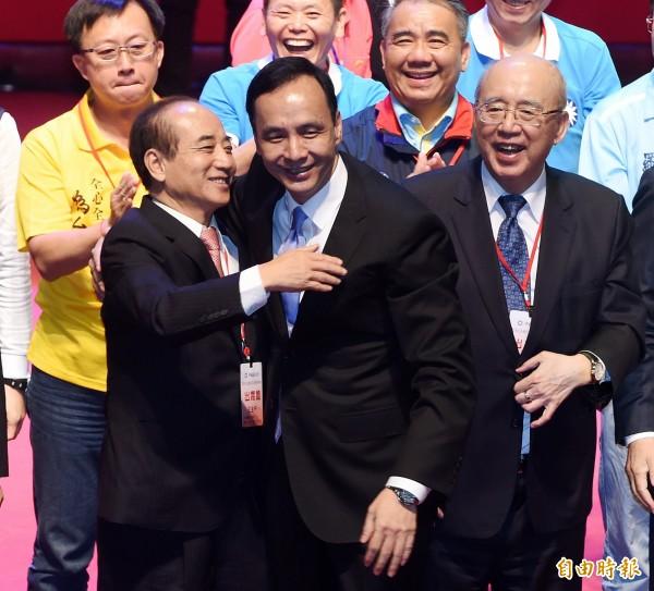 國民黨主席朱立倫(前中)與立法院長王金平(前左)擁抱。(資料照,記者廖振輝攝)