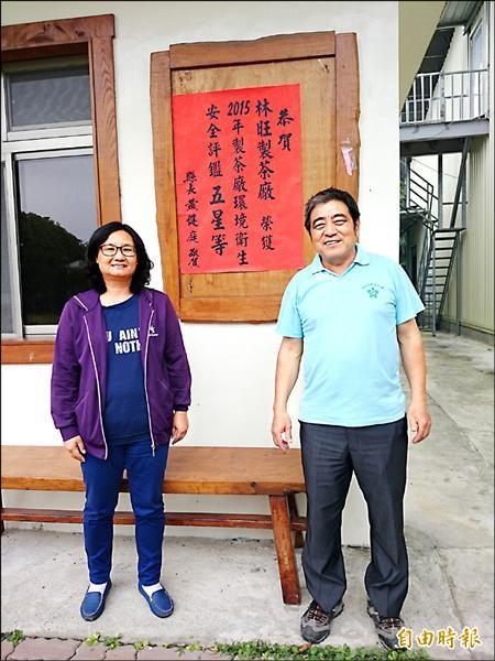 鹿野地區農會得知評鑑結果後,立即到獲五星等的林旺製茶廠貼紅榜恭喜。(記者王秀亭攝)