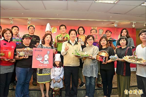 今年台南美食節將於十二月登場,市長賴清德與合作業者共同宣傳。(記者洪瑞琴攝)