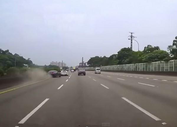 GT-R與法拉利國道車禍事件,在去年曾引起社會各界矚目,其中駕駛GTR(畫面左側車輛)的駕駛張永銘因被判刑,要求撤銷罰單獲准。(圖擷自 YouTube)