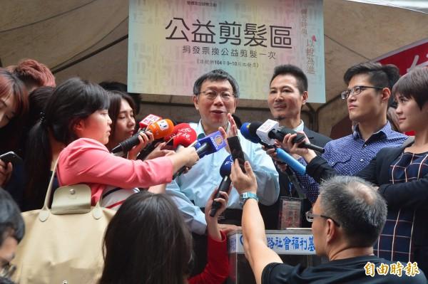 台北市今天下午將舉行聯合婚禮,並首度開放同性伴侶參加。對於反同人士可能到場反對,他表示「你管人家幹什麼?」(記者王藝菘攝)