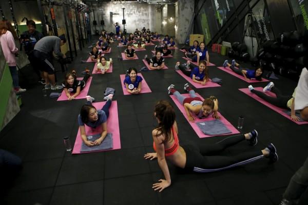 南韓越來越多女性開始瘋健身,追求用肌肉雕塑的完美身型。(圖擷取自KHJ)