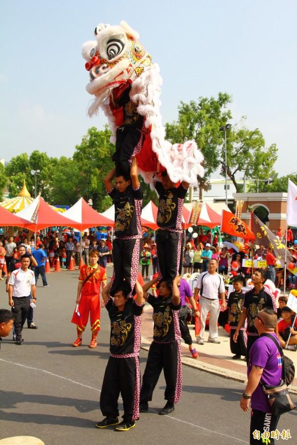 草屯寶島時代村今舉行龍獅藝陣嘉年華活動,來自泰國的舞獅隊以疊羅漢演出獲得滿堂彩。(記者佟振國攝)