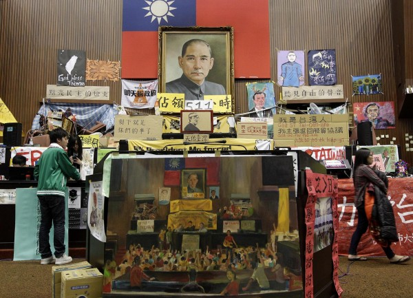 去年318公民運動,立法院內懸掛的海報及標語。(路透)