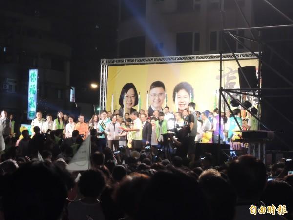 蔡英文在現場呼籲數千名的支持者,雖然目前選情看好,但還是要注意國民黨會使出的選舉招數。(資料照,記者黃建華攝)
