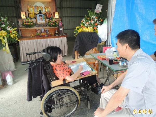 李雅琪(左)在母親靈堂前苦讀,希望考上理想大學。(記者陳燦坤攝)