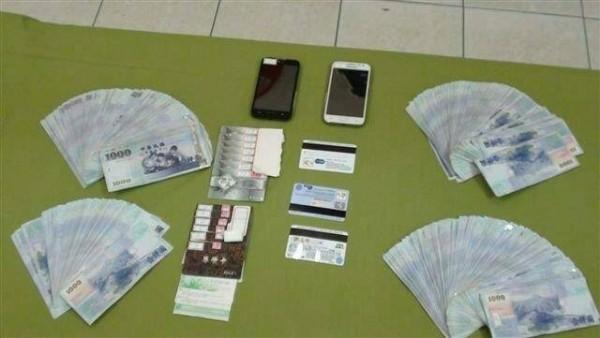 警方查扣現金、銀聯卡、金融卡。(記者吳政峰翻攝)