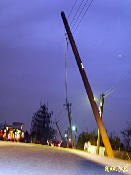 五結大吉村電線桿傾斜尚未修復,遊覽車也過不去。(記者簡惠茹攝)