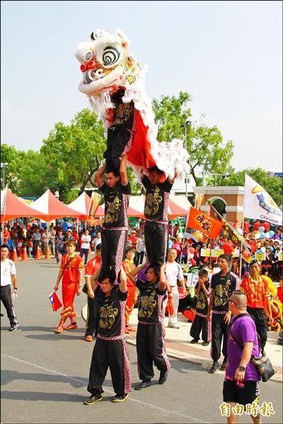 國際醒獅大賽聚集國內外優秀醒獅團,來自泰國的醒獅團在開場表演即秀出三層疊羅漢的高難度動作,獲得滿堂彩。(記者佟振國攝)