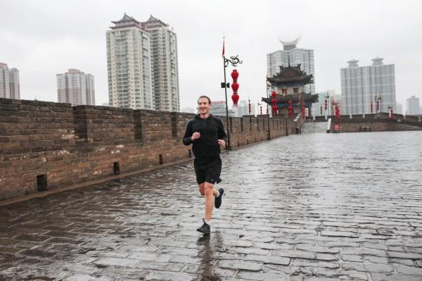 祖克柏今天在西安古城牆參訪,臉書也秀出不少在老城牆的慢跑照,但這面「牆」卻引發網友聯想,是否在暗指臉書被中國「防火牆」擋在門外。(取自臉書)