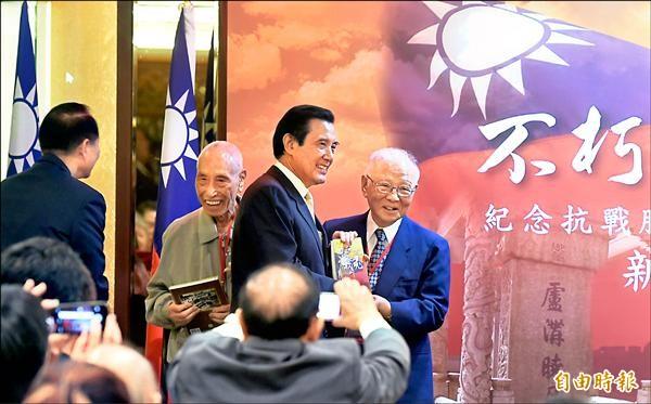 馬英九總統昨出席退輔會「不朽的戰魂」新書發表會,與前國策顧問許歷農合影。(記者朱沛雄攝)
