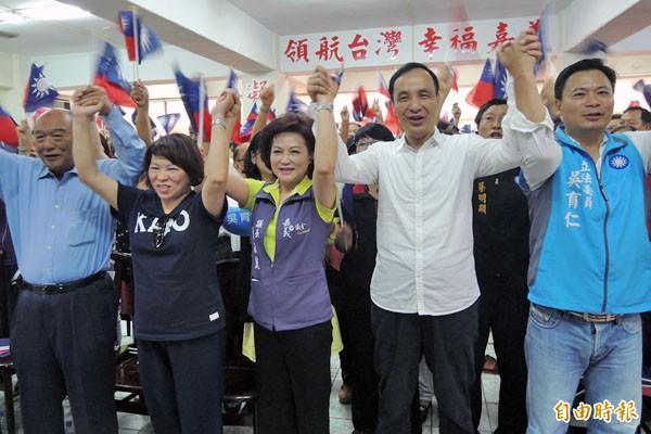 國民黨主席、總統參選人朱立倫(右二),到嘉市替立委參選人吳育仁(右一)站台。(記者王善嬿攝)