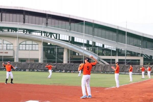 球員們在真理大學台南校區的球場上進行傳接球訓練。(圖擷取自賴清德臉書)