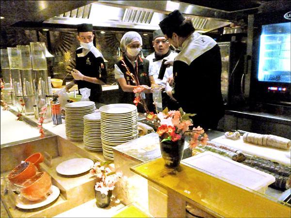 潮港城餐廳南屯店的壽司複檢大腸桿菌群不合格。(記者蔡淑媛翻攝)