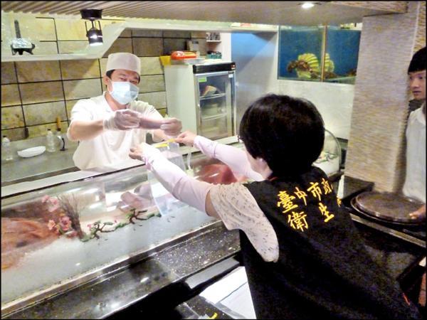 江屋日本料理豐原店的生魚片複檢後生菌數和大腸桿菌群不合格。(記者蔡淑媛翻攝)