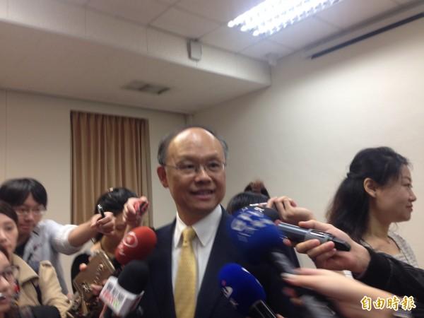 經濟部長鄧振中今接受廣播專訪,談到台加入TPP要成功,需12個會員國都支持且「中國不反對」。(記者黃佩君攝)