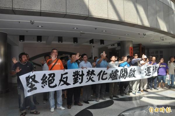 反對台東焚化爐開爐運作,台東市民今天上午到縣議會陳情,表達心聲。(記者黃明堂攝)